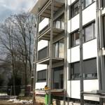 Wohnbau Wörth, Stahl-Vorstatzbalkone mit Betonfaserzementplatten als Bodenbelag