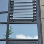 Geschäftshaus Sinzig, Aluminiumfassade hochwärmegedämmt, System Schüco, mit integrierten Fensterflügeln und vorgesetzter Absturzsicherung aus Edelstahl