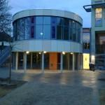 Kindergarten Frechen, Aluminium-Fassade, verglast mit buntem Glas