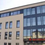 Kreissparkasse Ahrweiler, Fassaden aus Aluminium, Fortsetzung vom Fensterlichtband aus Aluminium-Fensterprofilen
