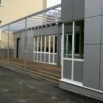 Stadt Düsseldorf, Schule, Aluminiumfenster aus dem Profilsystem Schüco mit Vorsatzfassade aus Trespa und Stahl-Glas-Überdachung