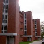 Mehrfamilienhaus Düsseldorf, Aluminiumfensteranlagen im Treppenhausbereich mit Attikaverkleidung des Vordaches