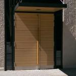 Stadtarchiv Augsburg, Vordach und zweiflüglige Aluminiumtüranlage, verkleidet mit Trespa Fassadenplatten in Holzoptik