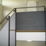 Fachhochschule Koblenz, Geländer an Treppe mit Füllung aus Gitterrosten und Edelstahl-Handlauf