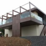 Weingut / Pfalz, Balkonanlage mit Glasgeländer und Holzbodenbelag