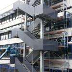 Uni Landau, Fluchttreppe aus Stahlkonstruktion mit verkleideten Geländern aus eloxierten Aluminiumblechen
