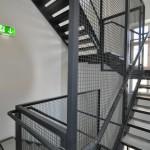 Merzakademie, denkmalgeschützes Gebäude, Innen-Stahltreppe als Zugangserschließung über drei Stockwerke, Geländer lackiert mit Wellgitterfüllung