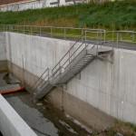 Autobahn A1, Treppe komplett aus Edelstahl für den Abwasserbereich, mit Gitterroststufen