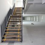 Fachhochschule Koblenz, Treppenkonstuktion und Geländer lackiert, Edelstahlhandlauf, Holzstufenbelag